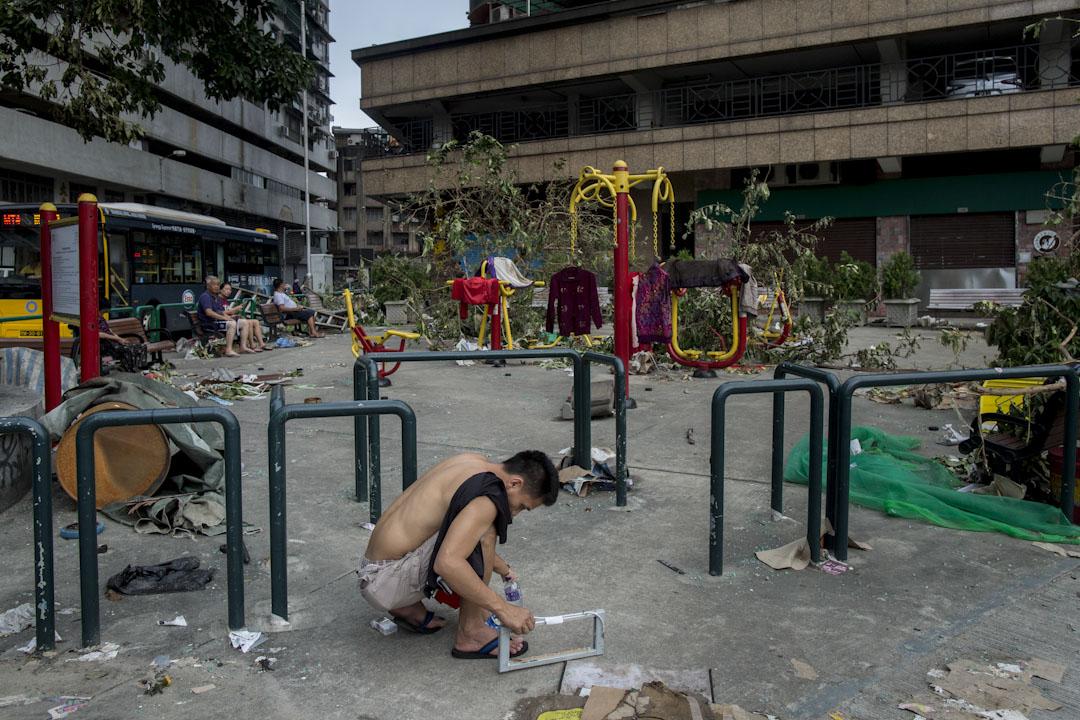 澳門一個公園在「天鴿」吹襲下,變成四處的樹枝及垃圾。