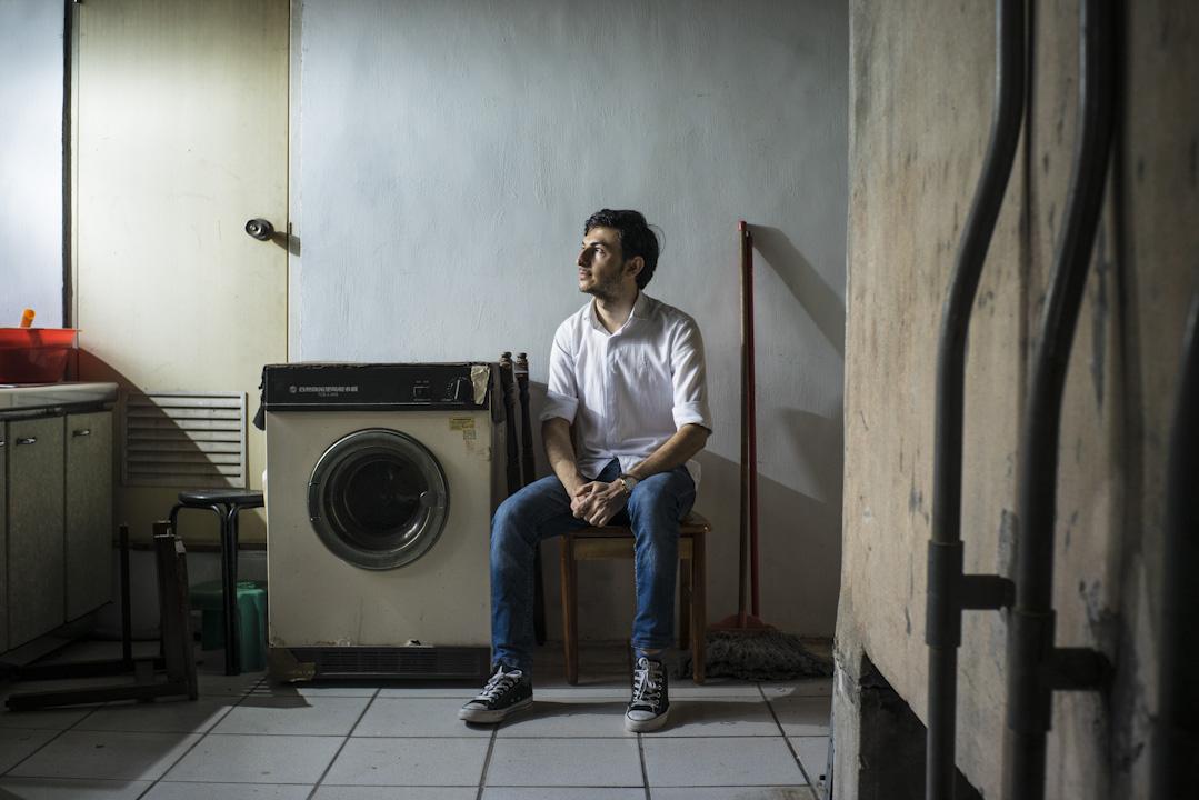 今年25歲的胡薩拉,出身於小康家庭,父親靠著開計程車拉拔孩子長大。2014年,當他準備從大學畢業、計畫申請到國外留學時,不料正好遇到ISIS恐怖攻擊。戰火雖然沒有讓他與至親手足骨肉分離,卻也改變了他的一生。 攝:劉紙鎮/端傳媒