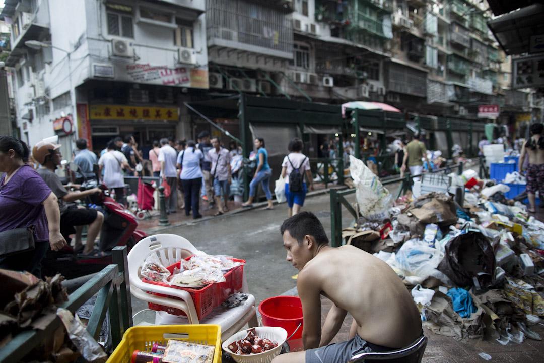 「天鴿」是近數十年來吹襲澳門的最強颱風,不少商戶的檔口及謀生工具,被風災嚴重破壞,市民在街上清洗被浸濕的物品。 攝:林振東/端傳媒