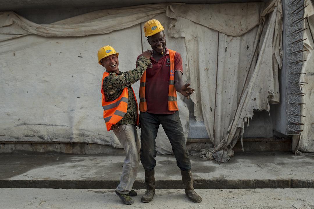 中國工人和喀麥隆工人在克里比深水港工地上合照。