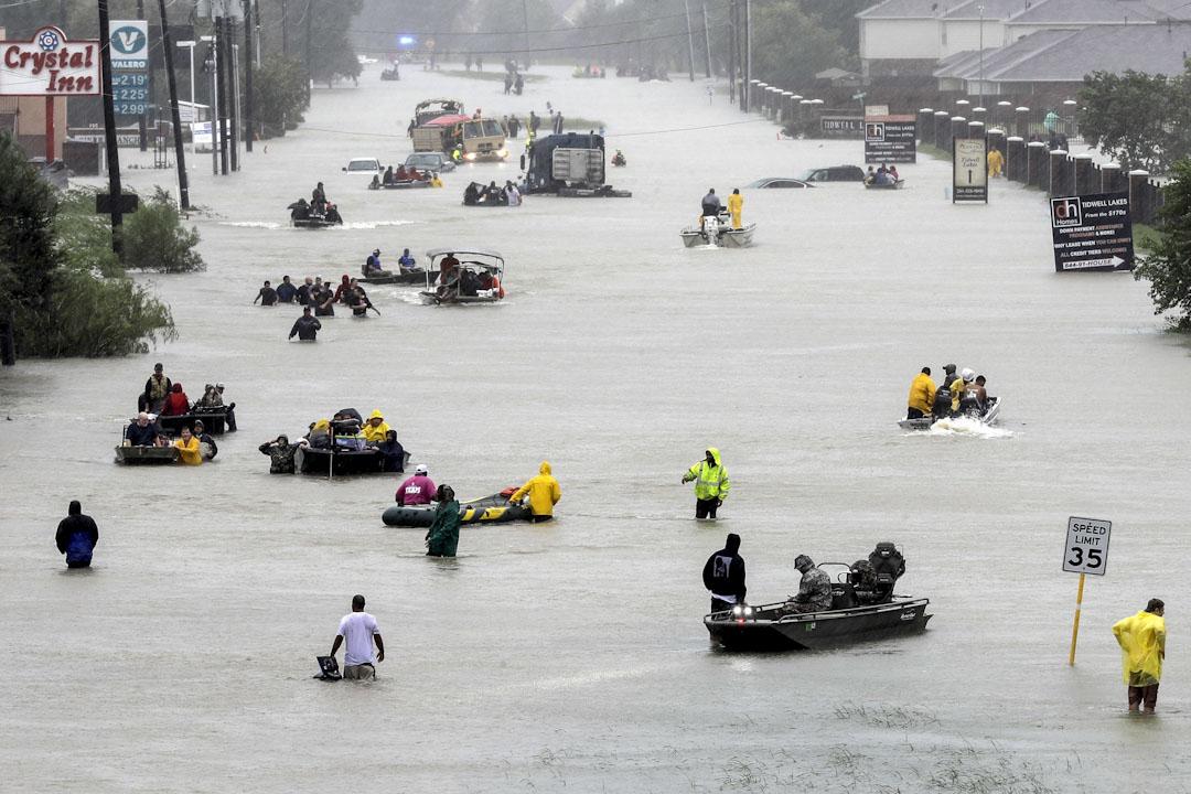 2017年8月28日,美國德州侯斯頓,颶風「哈維」吹襲後,救援艇在被洪水淹沒的街道協助疏散被洪水圍困的市民。