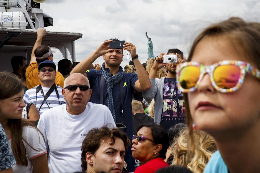 2017年8月8日,遊客坐船到紐約自由島看自由神像。 攝:Drew Angerer/Getty Images