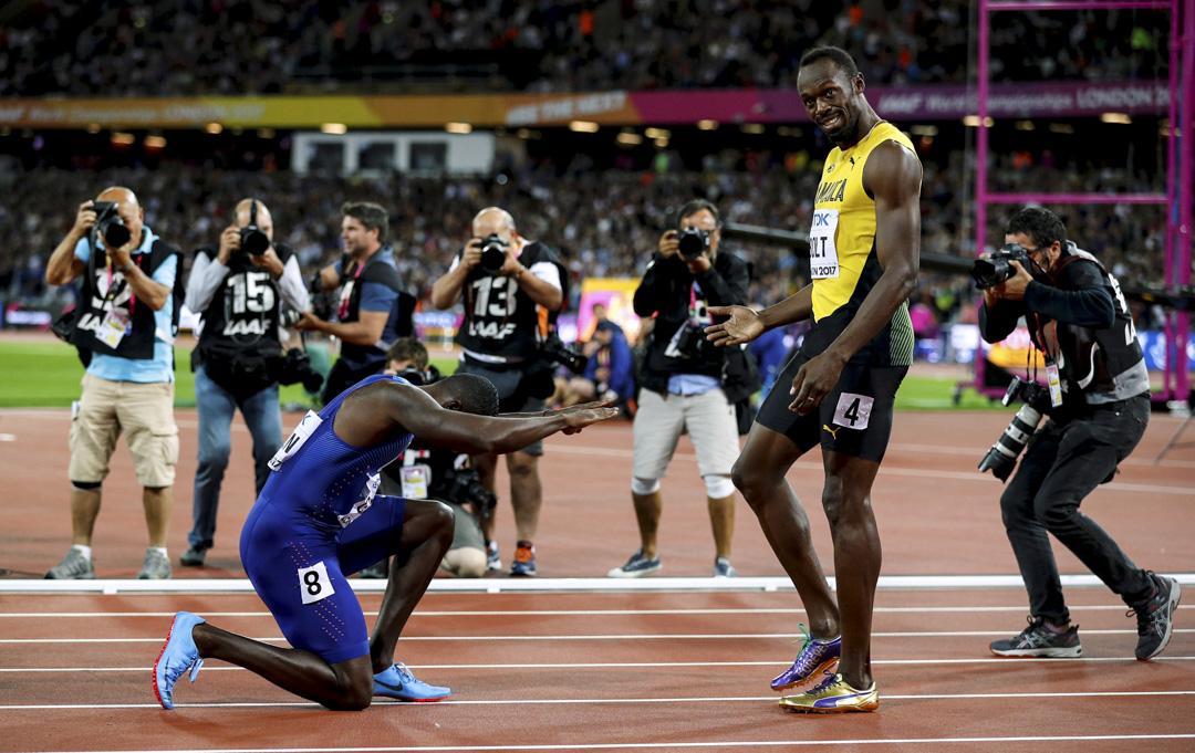 2017年8月5日,英國倫敦,世界田徑錦標賽男子100米決賽,美國選手基寧 (Justin Gatlin) 賽後在保特面前做出跪拜的動作,以示敬佩。