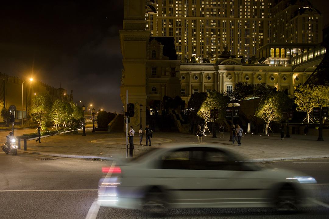 澳門氹仔的多間賭場附近地區,交通燈因停電而暫停運作。
