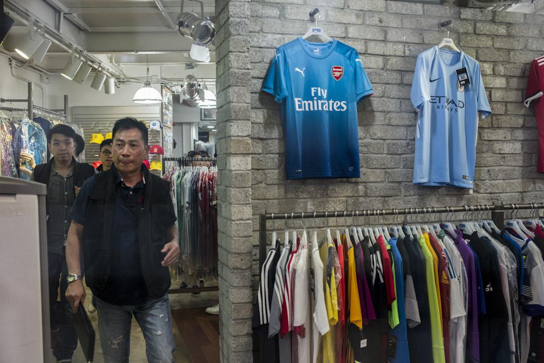 警方於林子健報案後,隨即派警員到旺角砵蘭街球衣店搜證。