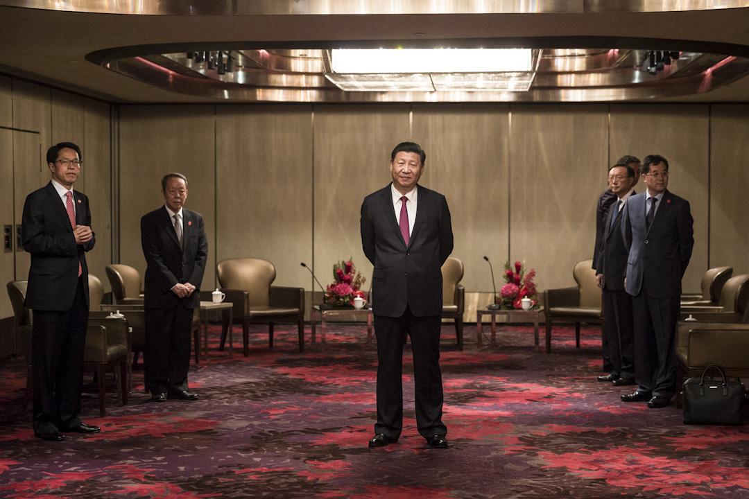 2017年6月29日,中國國家主席及中央委員會總書記習近平正在酒店,等候面見行政長官梁振英。習近平當日抵達香港,準備出席香港回歸中國二十週年慶典和新一屆行政長官就職典禮。 攝:Dale De La Rey /AFP/Getty Images
