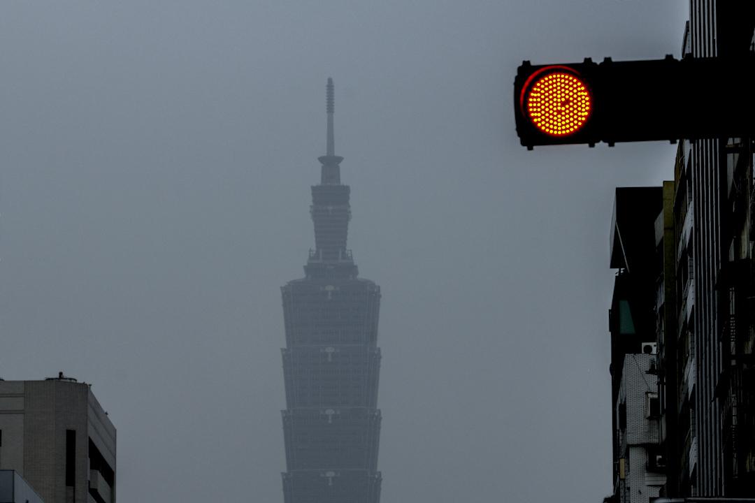 空氣汙染嚴重,台北地標台北101大樓被霧霾遮擋,難以看清。