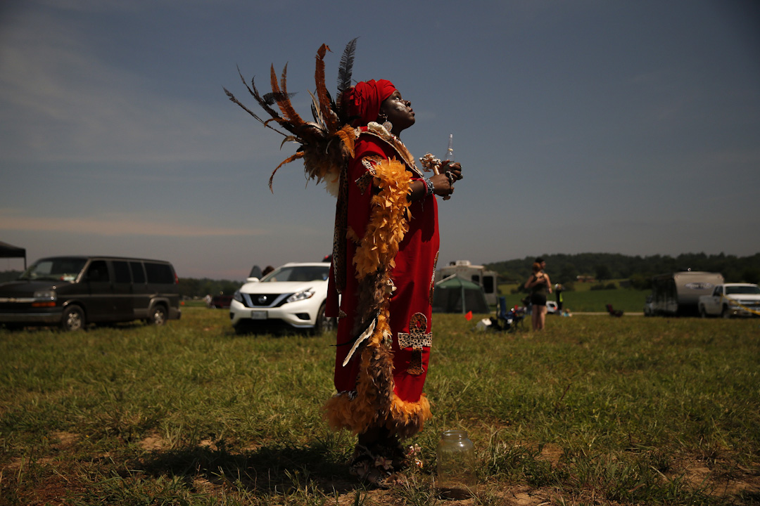 2017年8月21日,在肯塔基州城市霍普金斯維爾,一名伏都教 (Voodoo) 婦人趁著日蝕的數分鐘召喚祖先的靈魂,希望它們能為世人帶來和平。