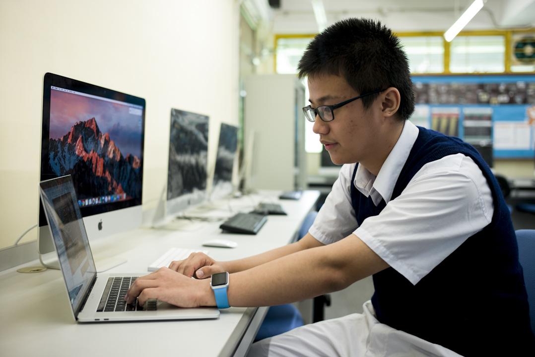 今年只有17歲的何一非(Jason),Jason目前是香港聖士提反書院的中五學生,已經開發了七個APP。在他的中學裏,和他一樣的IT達人一起組成了社團Inventors' Club(發明家俱樂部),通過自己的小發明去解決日常生活中的各種難題。