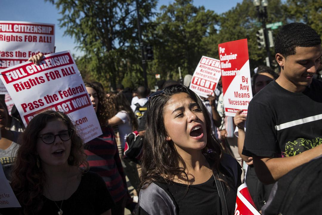 2013年10月15日,美國最高法院正審理'Schuette v. Coalition to Defend Affirmative Action'強制優待法案,學生在法院外請願支持該法案。