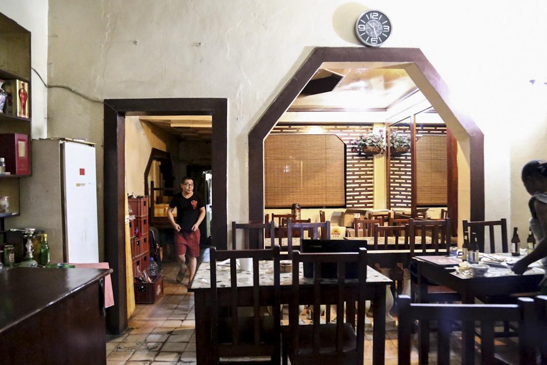 「東京酒家」是小餐館格局,簡單的八角拱窗拉出中國餐館範式。二十多年來,這間小餐館的圓桌,撫慰了許多塞內加爾「非漂」舌尖上的鄉愁。老闆顏俊是河南人,他的「東京酒館」當然不是紀念日本東京,而是河南開封的古地名。 攝:何欣潔/端傳媒