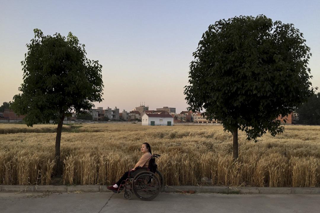 傍晚時,田玉會和家人來到田間散步,她已經學會不去在意路人的注視。 作者提供照片