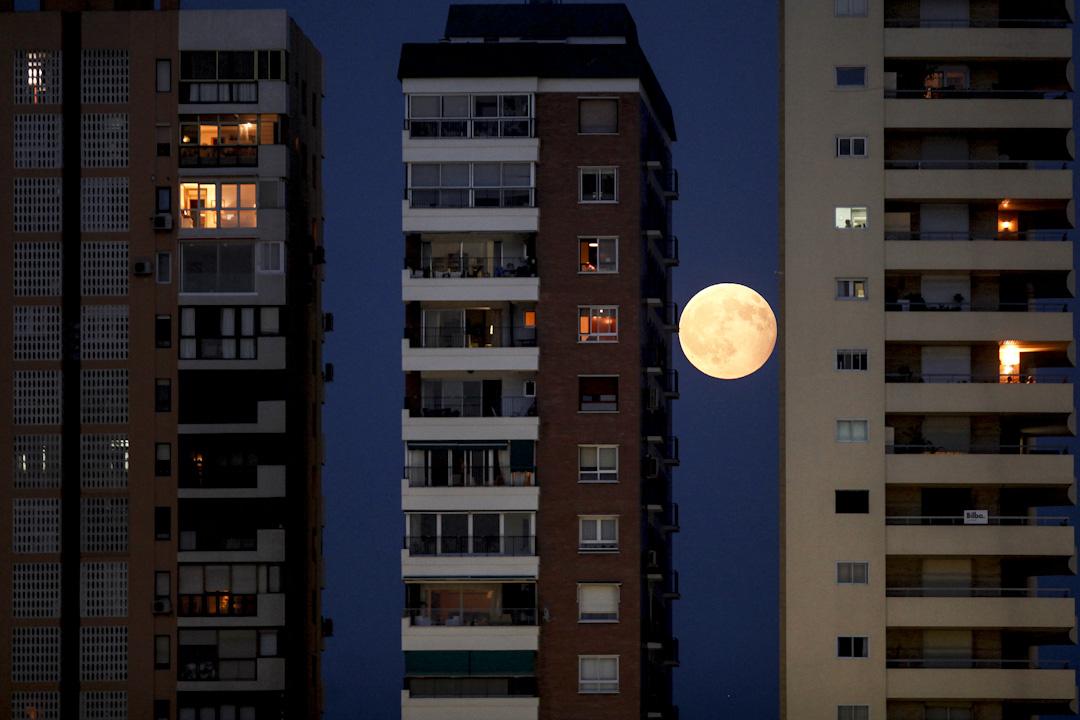 2017年8月7日,在西班牙南部城市馬拉加,在高樓大廈的罅縫中間可看到月偏食。