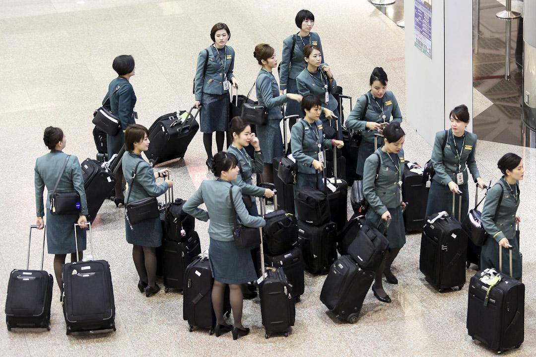 2017年7月30日,台灣長榮航空公司五百名空服員臨時請「天災假」,造成五十個航班取消,超過一萬名旅客行程受阻。圖為正常執勤的長榮航空空服員,抵達桃園機場後準備下班休息。 攝:Imagine China