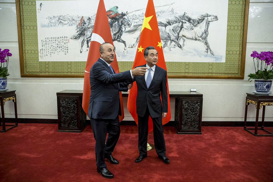 到訪北京的土耳其外長卡夫索格魯(Mevlüt Çavuşoğlu)強調,土耳其承認「一個中國」政策,又承諾採取措施,肅清當地的反華報導及活動。 攝:Roman Pilipey / Reuters