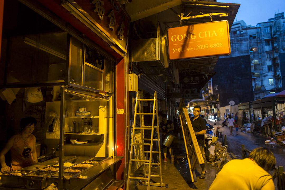 2017年8月24日,澳門下環街晚上,部分地區停電,有食店以燭光照明。