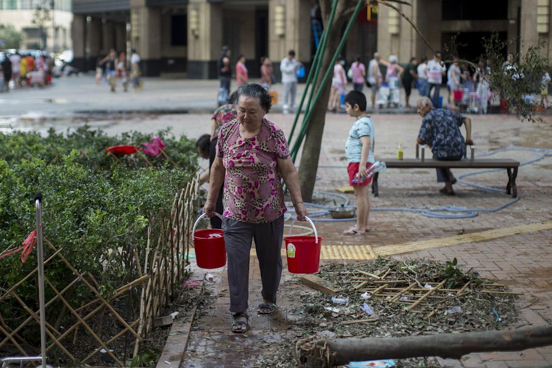 2017年8月24日,澳門寰宇天下的居民在排隊取水。