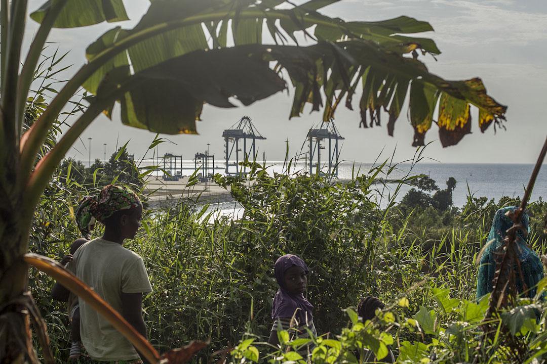 喀麥隆克里比深水港工程(一期)是中非最大的深水港口,是中國在非洲投資最大的工程之一。Lolabe村的地理位置,剛好在港口規劃工程發展區域裏。隨着港口逐步擴建,所有居民都將被迫轉移到工程區之外政府委託中港建設的新區裏。隨着港口施工的進行,Lolabe 村的300多村民隨時可能會失去自己祖祖輩輩居住的土地和房屋。 攝影:Adrienne Surprenant