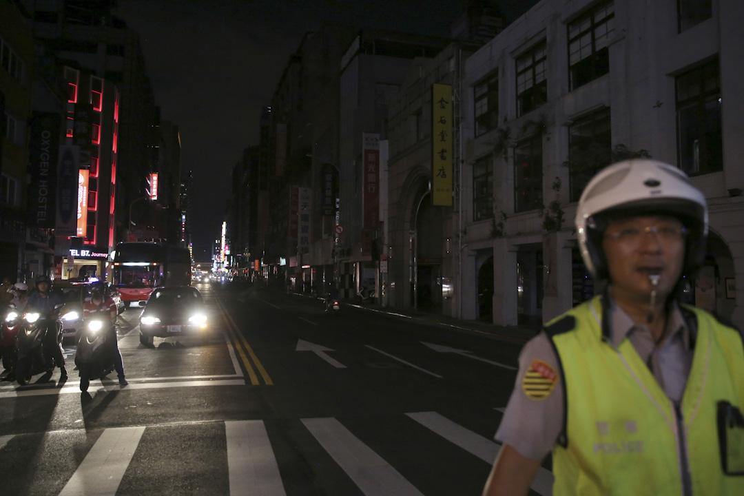 2017年8月15日晚上,台北街道因停電而漆黑一片。 攝:Stringer / Reuters