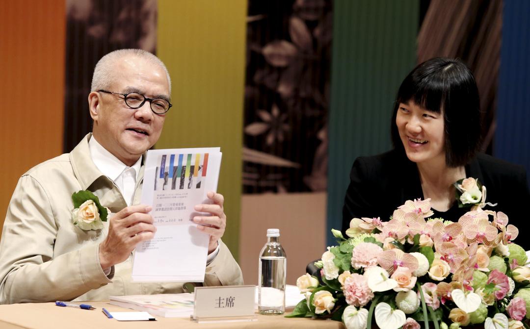 2014年6月24日,台灣,誠品生活上午舉行股東會,誠品生活董事長吳清友(左)及總經理吳旻潔(右)出席股東會