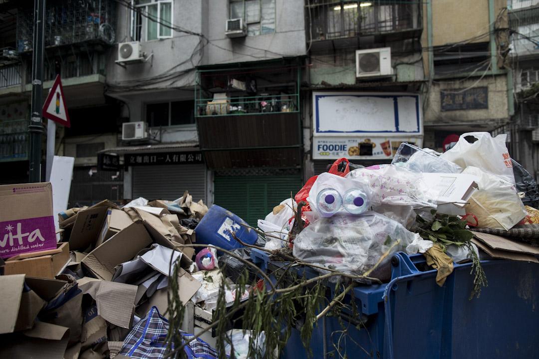 颱風「天鴿」的洗禮下,澳門街道上滿佈堆積如山的垃圾。