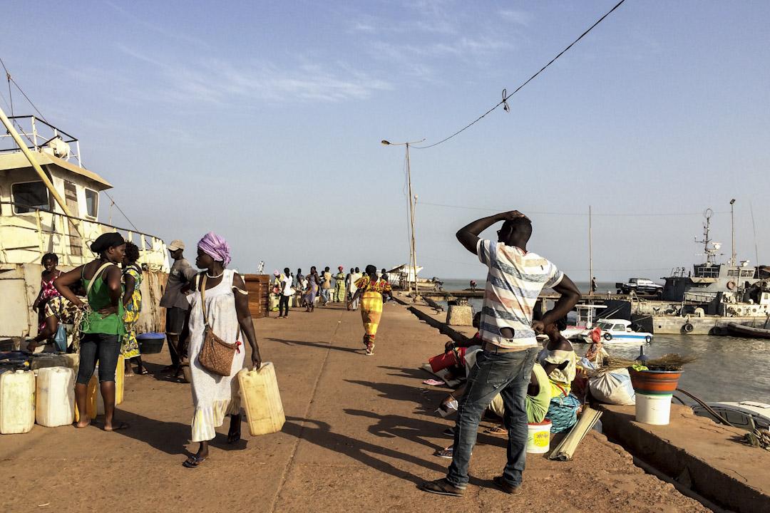 幾內亞比索首都,比紹港,當地居民到漁港買魚與離島居民自釀的棕櫚酒。