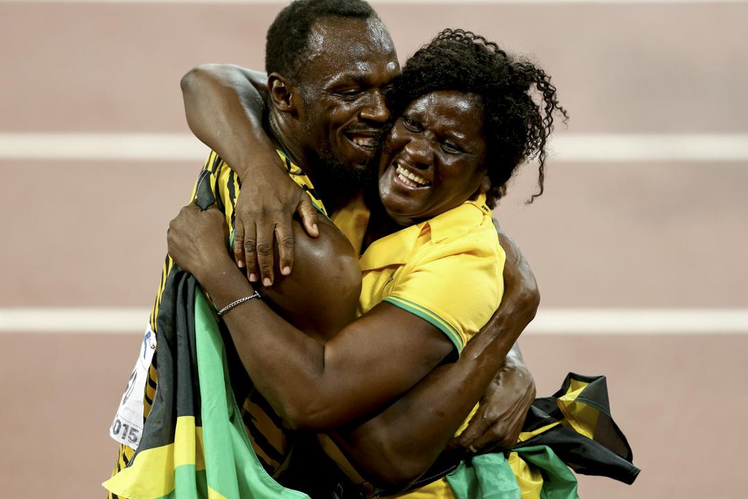 2015年8月23日,北京舉行世界田徑錦標賽,保特在男子100米決賽中勝出後與母親 Jennifer Bolt 相擁。