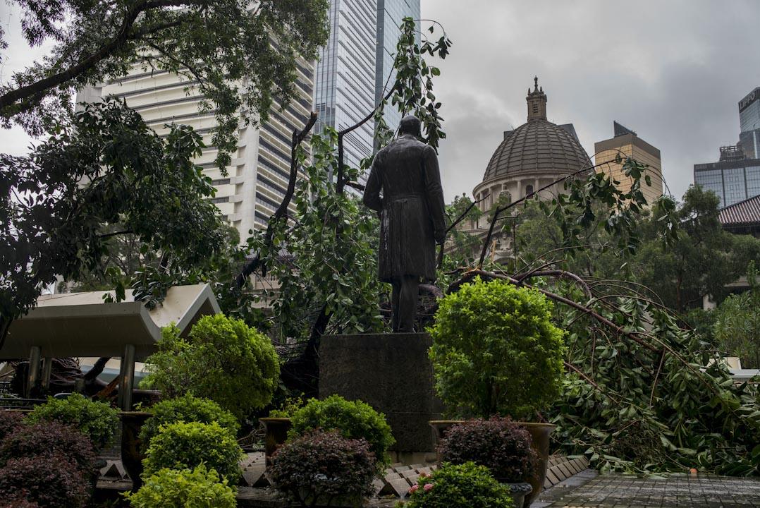 香港終審法院,前為皇后像廣場一棵大樹遭颱風吹倒而塌下來。