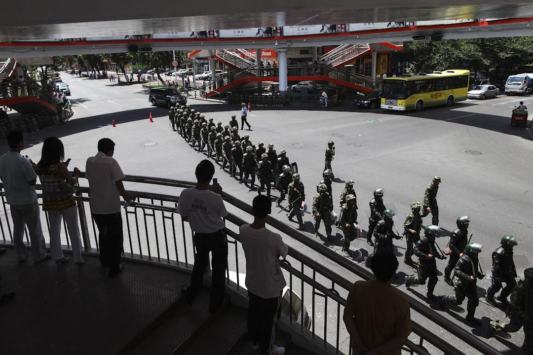 2009年7月8日,烏魯木齊爆發維吾爾族和漢人之間的衝突。街上佈滿維持治安的武警及軍人。