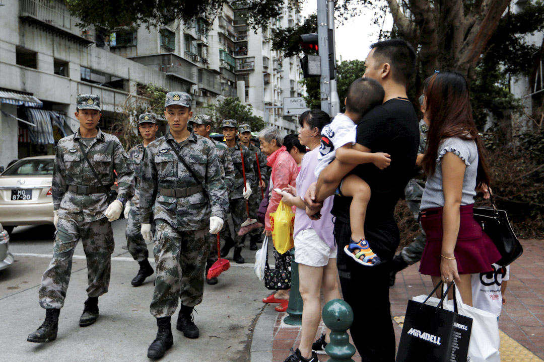 2017年8月25日,駐澳解放軍協助救助,其中一隊伍在路上行走。