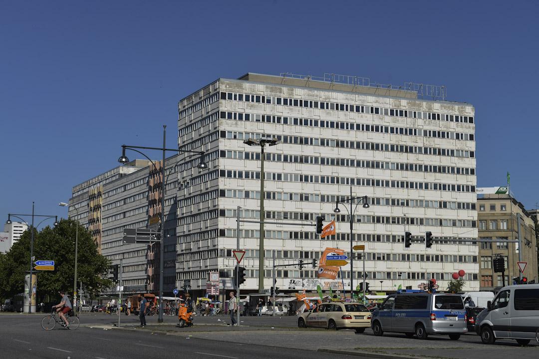 Haus der Statistik 是一個四萬平方米的廢棄住宅,號稱亞歷山大廣場上的鬼屋。前身是隸屬東德政府的統計大廈,至今廢棄八年。根據聯邦法院的估算,這棟大樓市值47億歐元,所以每一天的閒置都是大筆金錢的浪費。它的再活化在柏林市政的討論上變成了老生常談。