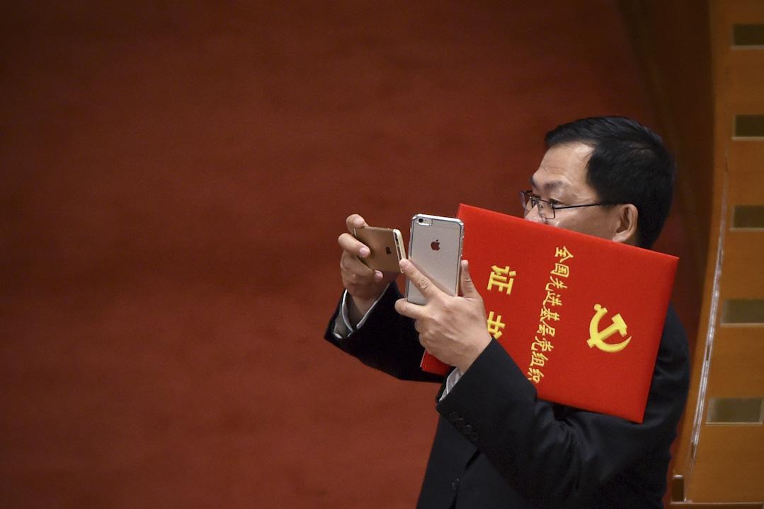 2016年10月1日,一名手持「全國先進基層黨組織」證書的黨員,在人民大會堂內拍照。