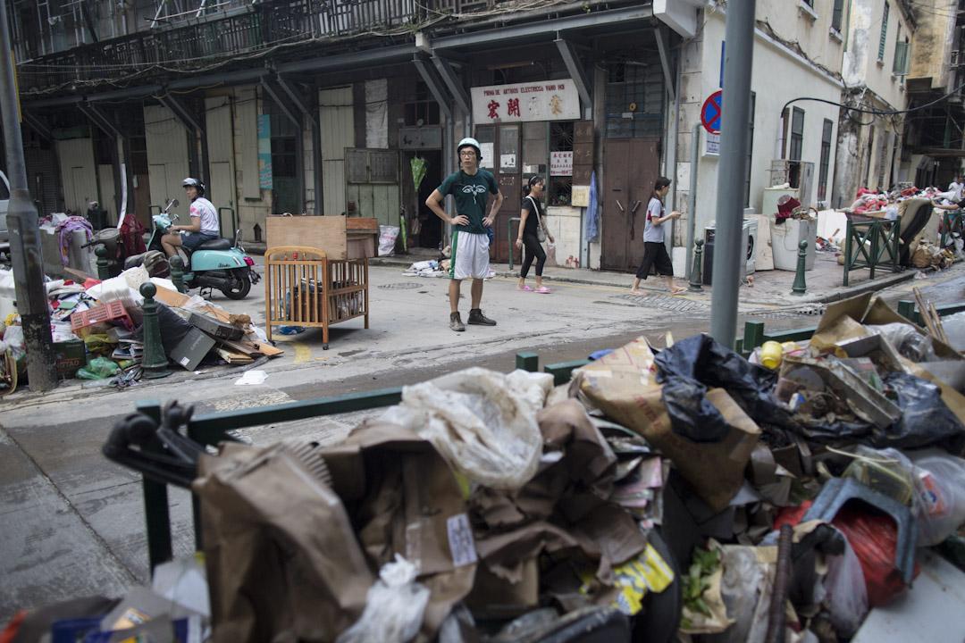 2017年8月24日,澳門街道上滿佈堆積如山的垃圾。