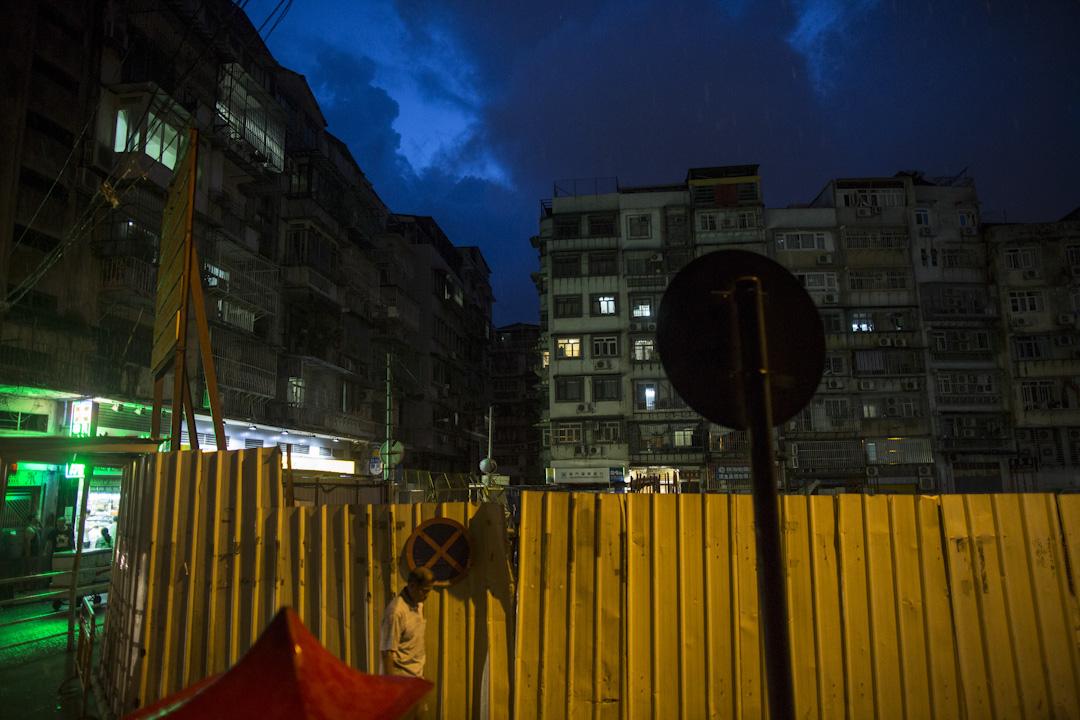 澳門晚上的電力依然未完全恢復,部分地區只有小量燈光。