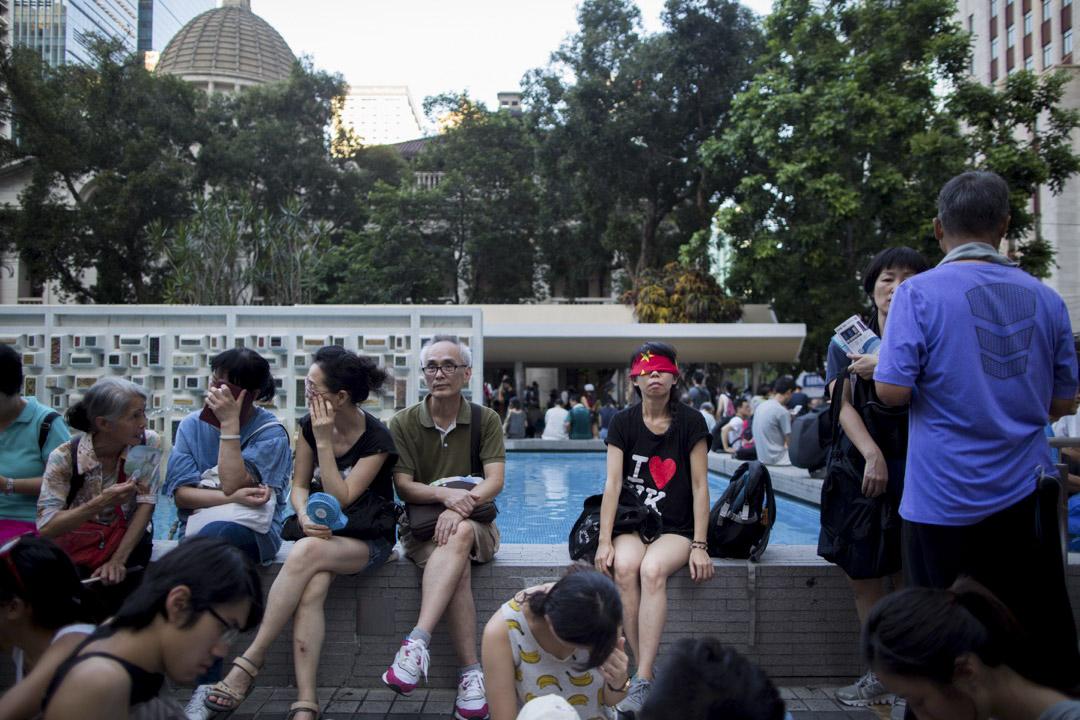 2017年8月20日,香港數萬民眾遊行聲援「新界東北案」、「公民廣場案」的在囚抗爭者。 有示威者以中國國旗蒙著雙眼以示抗議。