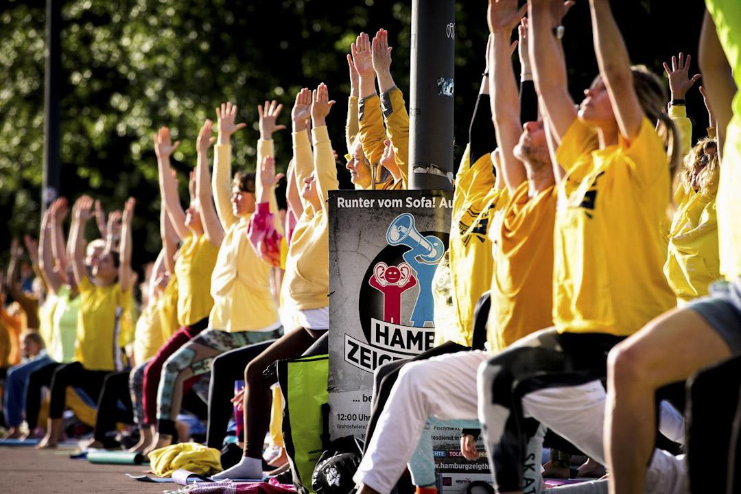 G20舉行期間,漢堡市民自發組織的一場創意抗爭──瑜珈抗爭。 圖片來源:bridgestohumanity