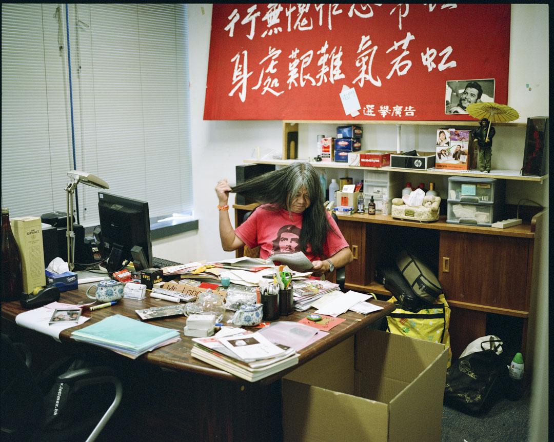 梁國雄在2004年首次當選香港立法會議員,迄今已五度當選。但於第五次任期時,因宣誓問題,於2017年7月14日被高等法院裁定議員資格被取消。辦公室懸掛著一幅中國共產黨創始人陳獨秀的詩句「行無愧怍心常坦,身處艱難氣若虹」橫幅,為其座右銘。 攝:林振東/端傳媒