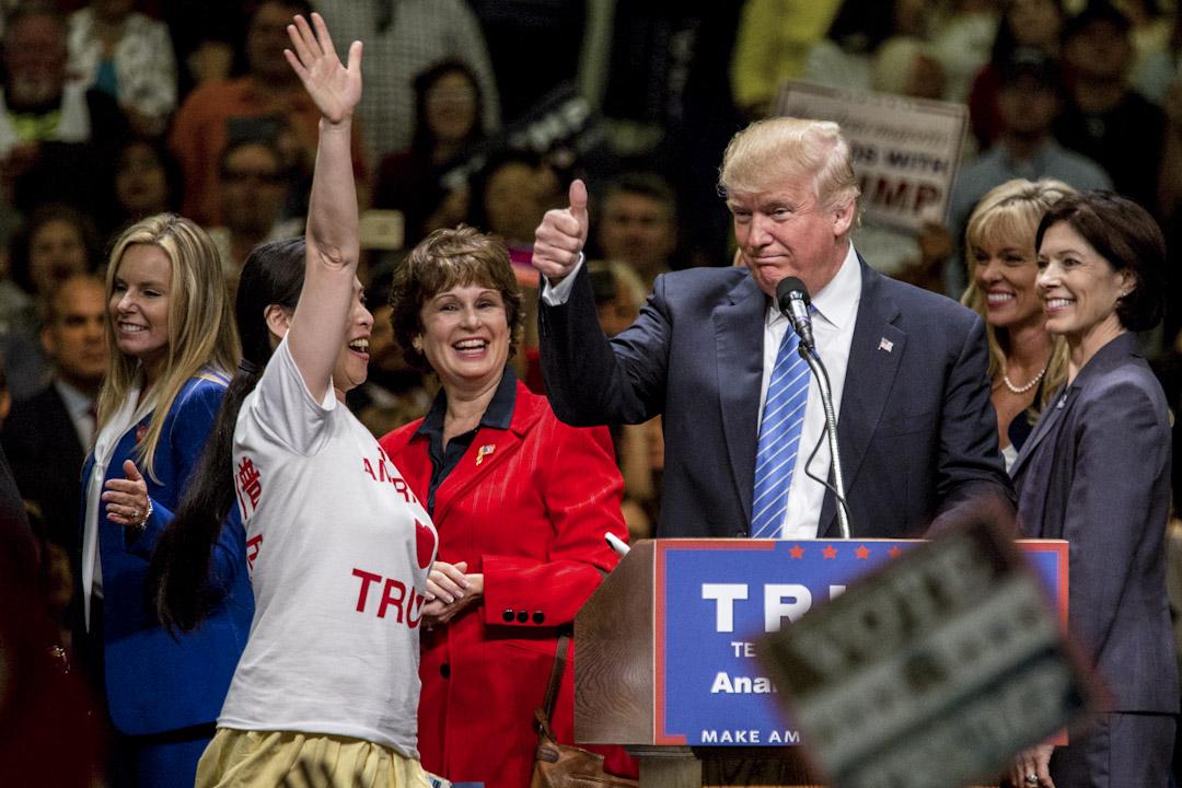2016年5月25日,特朗普在美國加利福尼亞州洲的競選大會邀請一位亞裔女士上台。 攝:Imagine China
