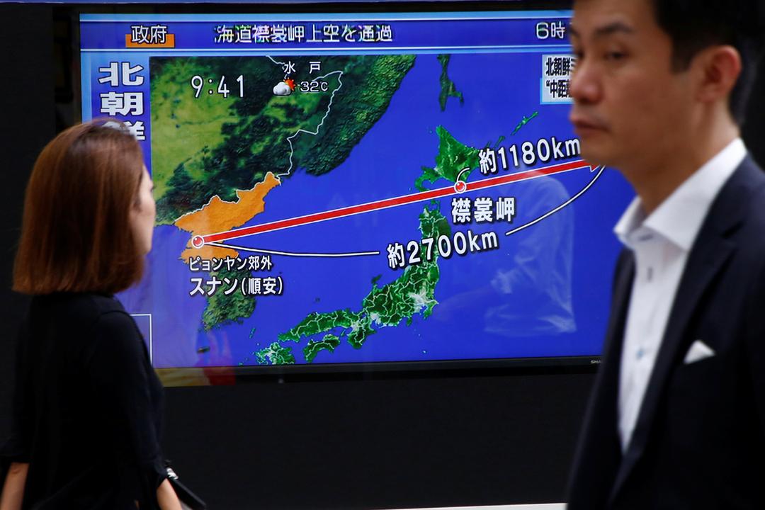 29日早上在日本東京街頭,電視新聞正報導北韓當天發射導彈飛越日本領空的消息。 攝:Kim Kyung-hoon / Reuters