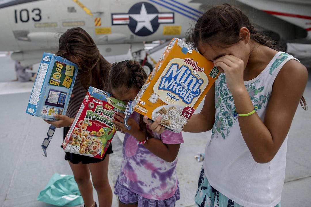2017年8月21日,美國南卡羅來納州城鎮芒特普萊森特,三位姊妹用粟米片盒子自製的觀日蝕儀器觀看日蝕。