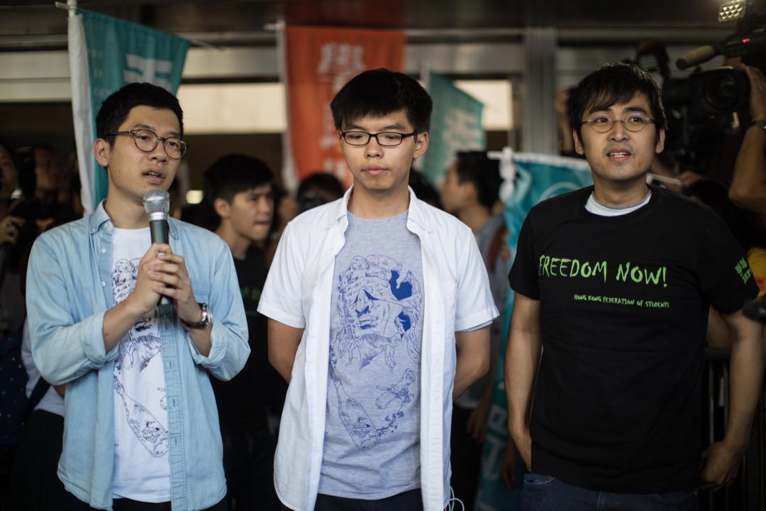 羅冠聰、黃之鋒及周永康於判決前在高等法院門外發言。 攝:Stanley Leung/端傳媒
