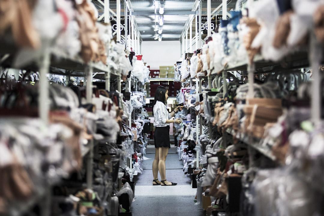 工作人員在新加坡其中一個電子商務中心處理貨物。 攝:Nicky Loh/Bloomberg via Getty Images