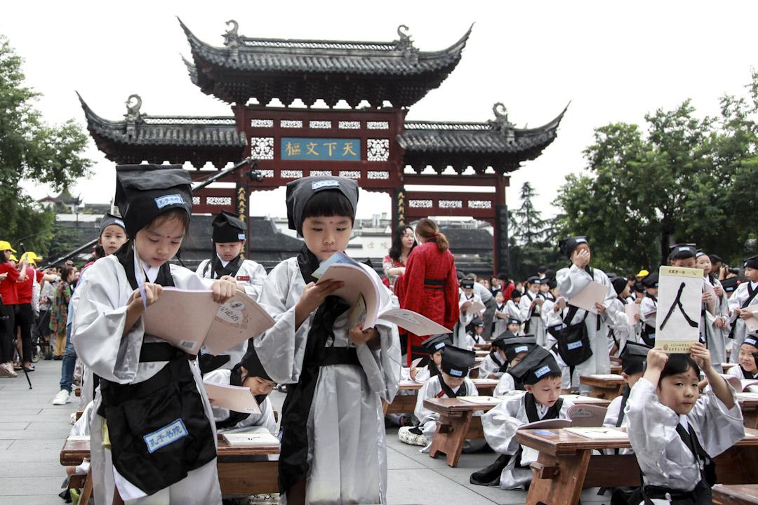 2017年8月31日,在中國南京的孔廟舉行寫作典禮,一年級學生在典禮中寫中國書法並閱讀「孔子論」,這是當地學生的一個傳統活動。  攝:VCG/VCG via Getty Images