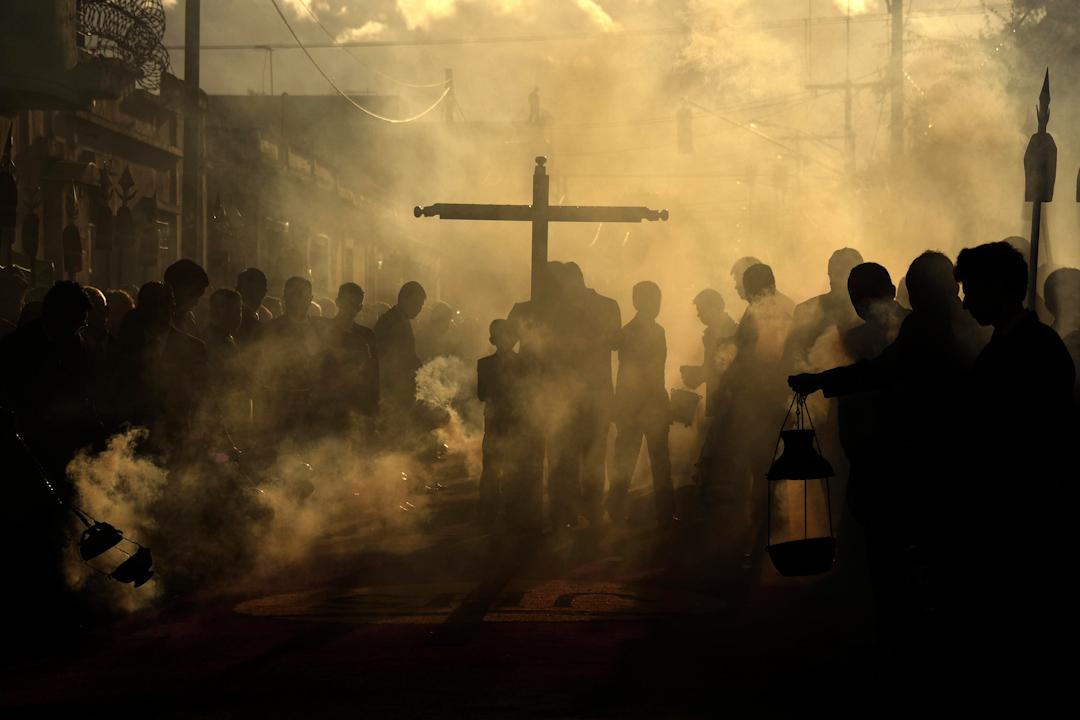 2017年8月5日,在中美洲國家危地馬拉,天主教信徒在舉行慶典期間燃燒香火,煙霧彌漫。