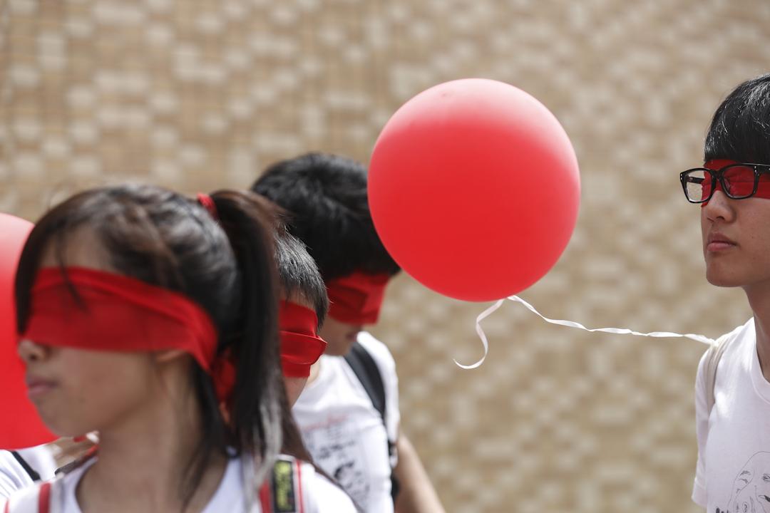 2012年8月26日,民間反對國民教育科大聯盟發起「守護孩子。自由長征」,蒙眼徒步23公里,反對教育23條,同時鼓勵學校不要推行科目,也為學校家長師生打氣。 攝:林振東/端傳媒