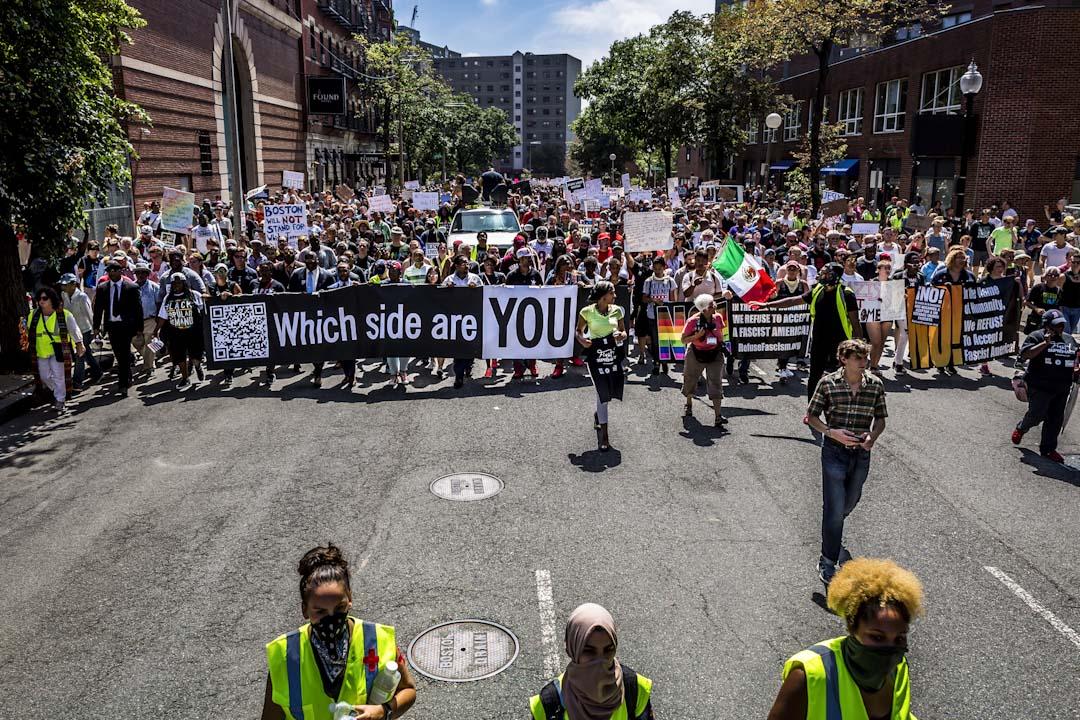 2017年8月19日,波士頓公園舉辦反右翼集會,約四萬名民眾高舉反對種族主義、新納粹、三K黨標語及喊口號,抗議右翼分子在著名的波士頓公園內舉行「自由言論」集會。 攝:Michael Nigro/Pacific Press/LightRocket via Getty Images