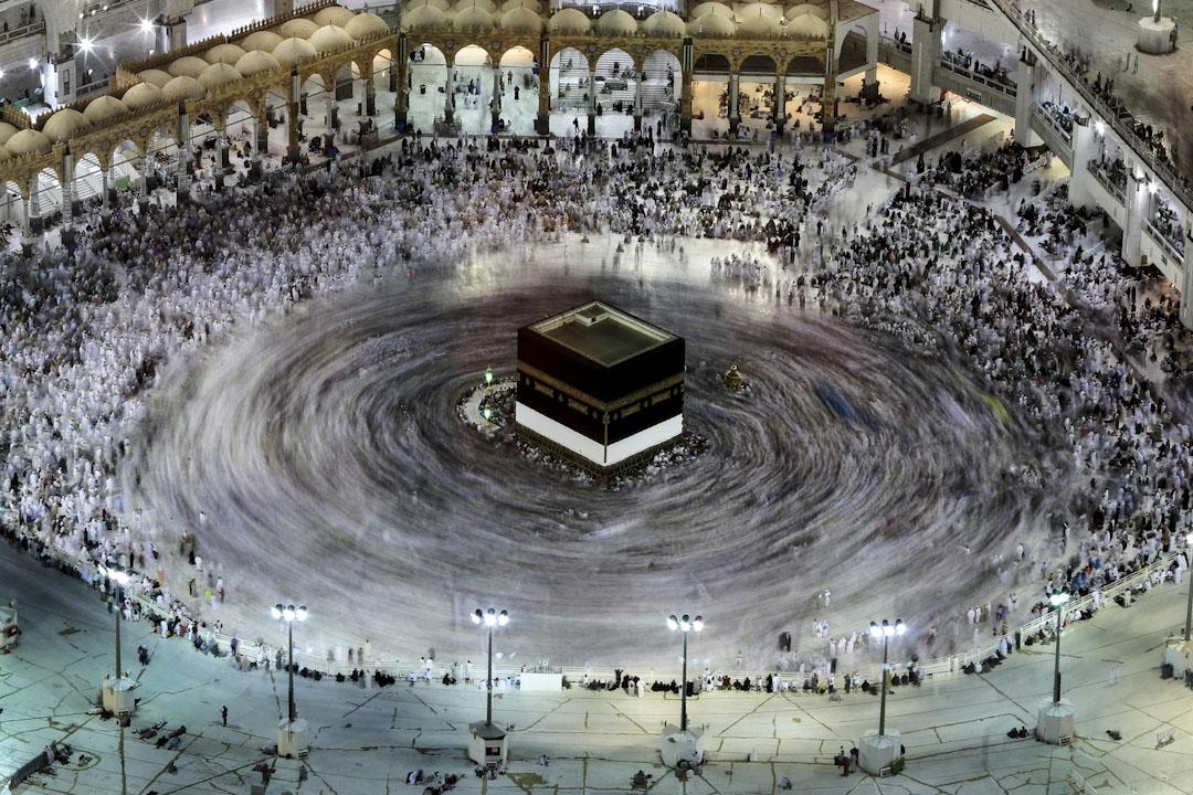 2017年8月27日,在沙特阿拉伯的聖城麥加,攝影師用長曝光拍攝伊斯蘭教徒圍繞著卡巴天房轉圈祈禱。 攝:Karim Sahib/AFP/Getty Images