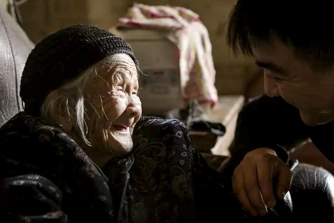 紀錄片《二十二》劇照,片中受訪者林愛蘭與導演郭柯(右)。   網上圖片