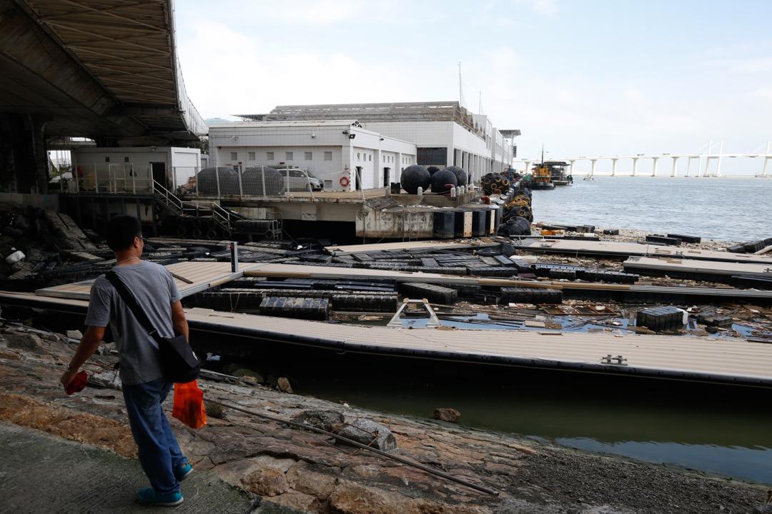 颱風「天鴿」的洗禮下,澳門漁人碼頭變得滿目瘡痍。