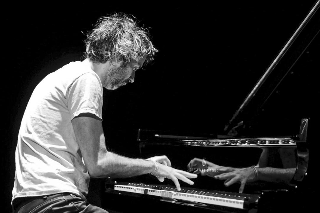 2017年5月5日,羅茲(James Rhodes)在西班牙一個音樂會上演奏。 攝:Juan Herrero/ Imagine China